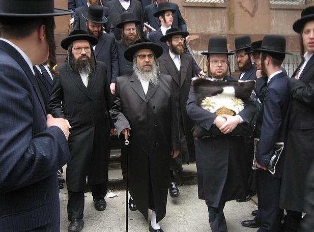 Aaron Teitelbaum (kezében bottal) az egyik szatmári rebe, a Der Blatt  kiadója