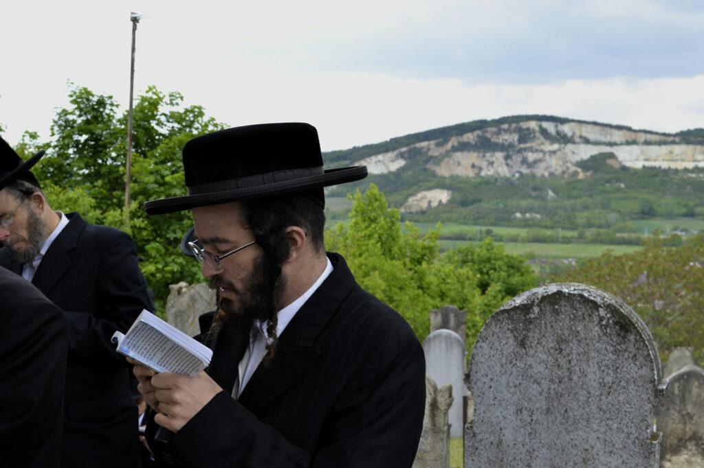 Haszid zarándokok, magyar falusiak   Szombat Online