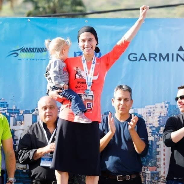 Ötgyermekes ultraortodox zsidó anyuka a rigai félmaraton győztese