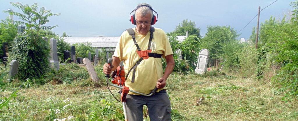 Két évtizede gondozza az elhagyatott jászapáti temetőt a helyi nyugdíjas önkéntes