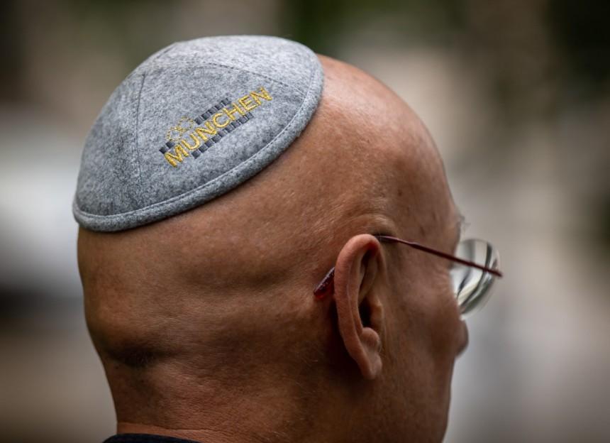 Echte bajor posztókipával az antiszemitizmus ellen