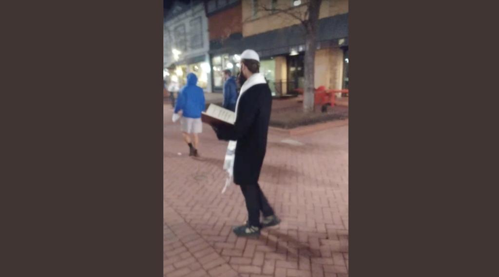 Ortodox zsidónak öltözött alakok Holokauszt-tagadó röplapokat osztogatnak