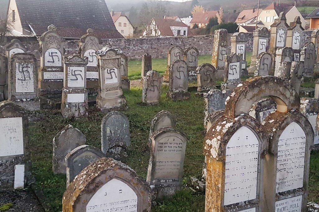 Horogkeresztes sírgyalázás Franciaországban