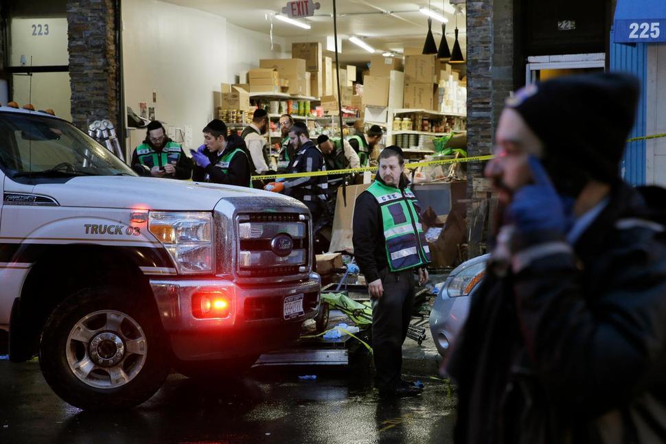 Kiszálltak az autóból, kinyitották a kóser bolt ajtaját és lövöldözni kezdtek