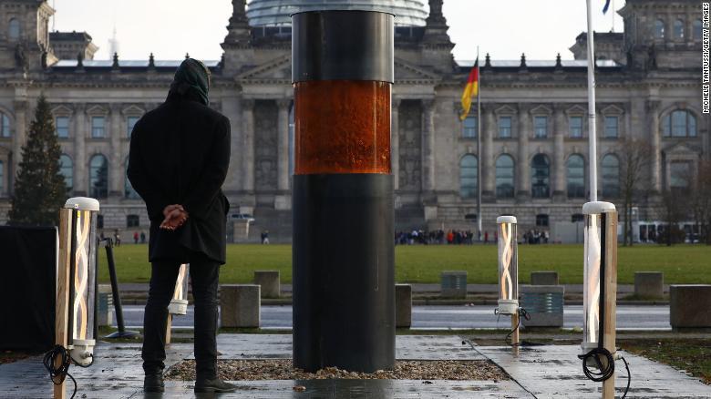 Holokausztáldozatok hamvait állították ki Berlinben, majd bocsánatot kértek érte