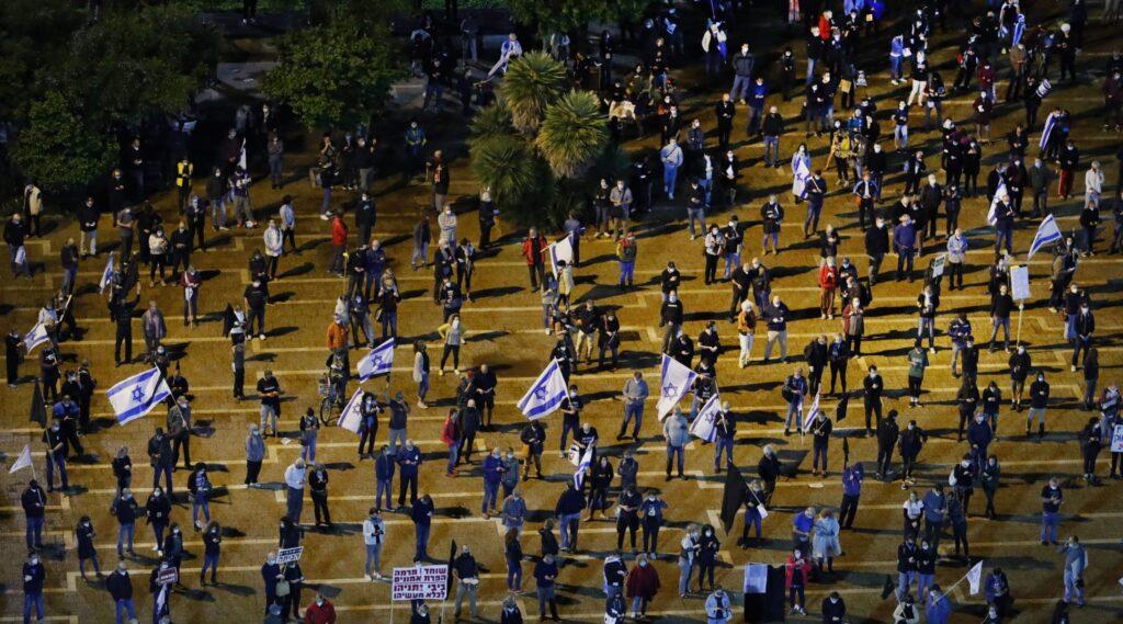 Tel Aviv: távolságtartó kormányellenes tüntetés