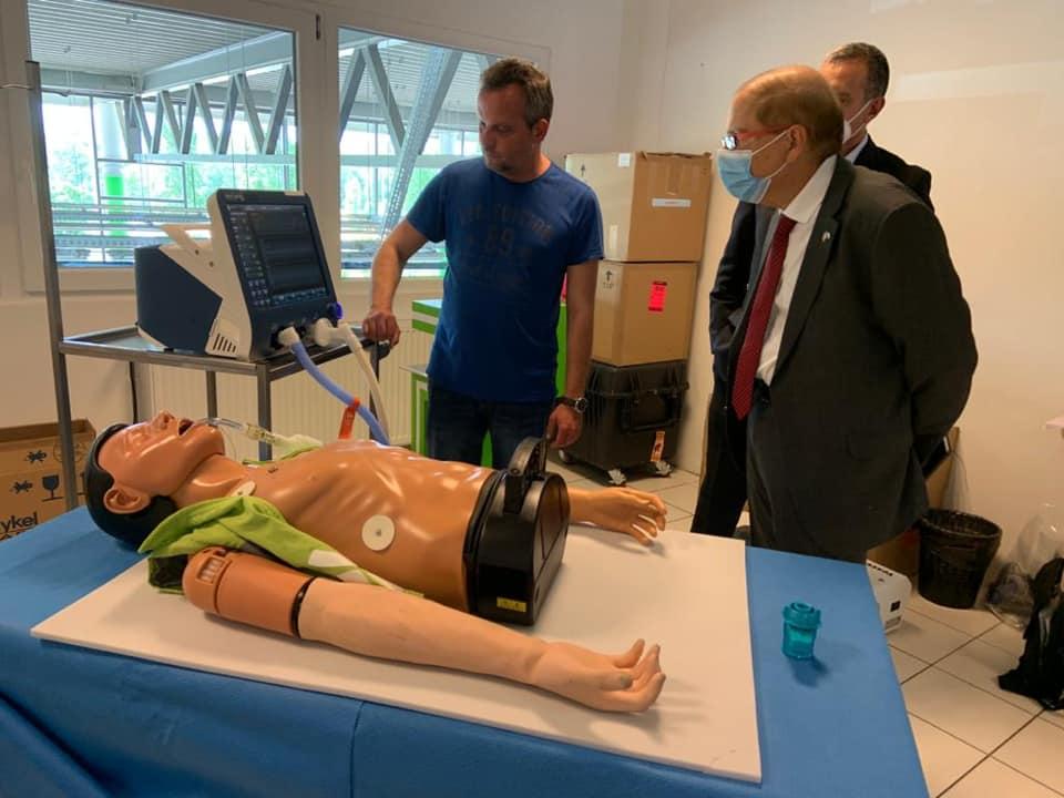 Az izraeli nagykövet lélegeztetőgépeket gyártó üzembe látogatott