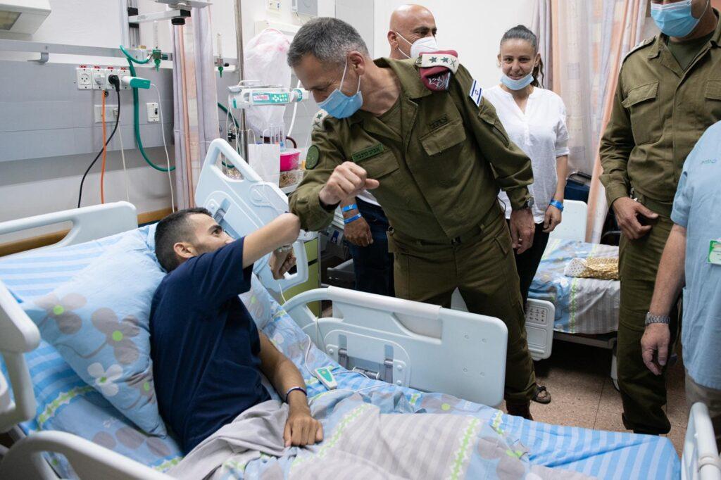 A vezérkari főnök meglátogatta a lábát vesztett katonát