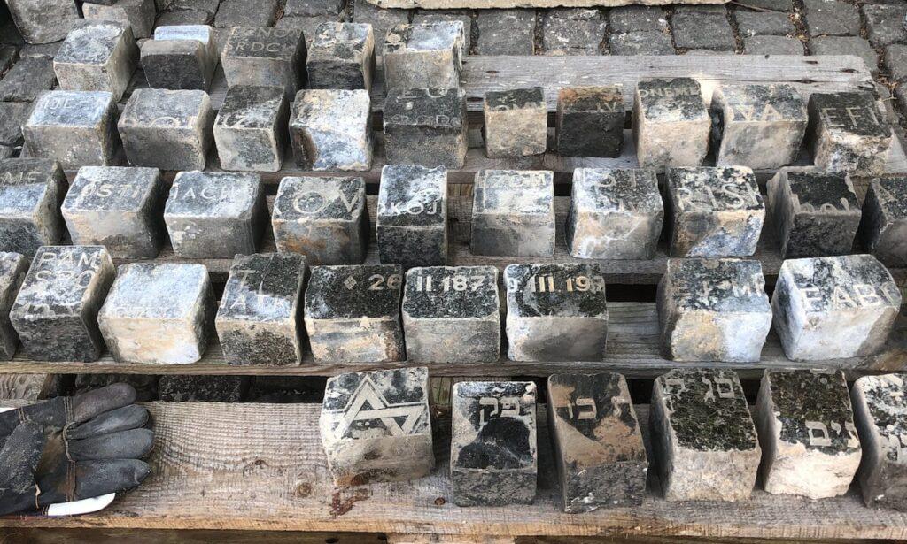 Prága: zsidó sírköveket használtak az utcák burkolásához