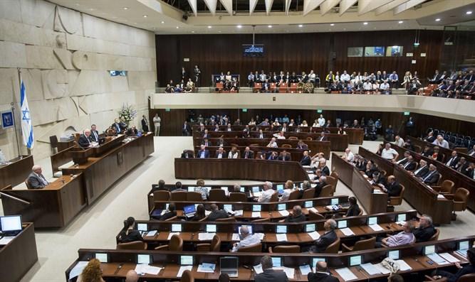 Izraeli felmérés: Bizalomvesztés a politikusokban és a bíróságokban