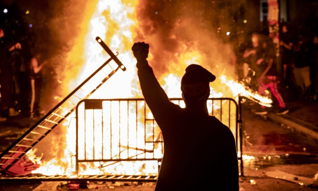 Gyújtogattak a Fehér Ház környékén, elégettek egy amerikai zászlót, könnygázzal oszlatták a tömeget