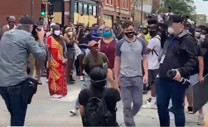 Kifütyülték a polgármestert, mert nem volt hajlandó feloszlatni a rendőrséget