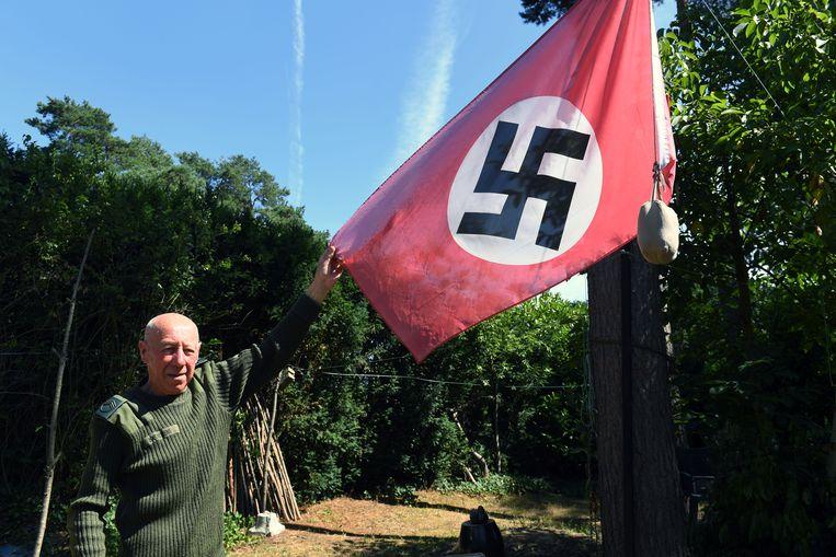 Egy év börtön a horogkeresztes zászlót kitűző belga nyugdíjasnak