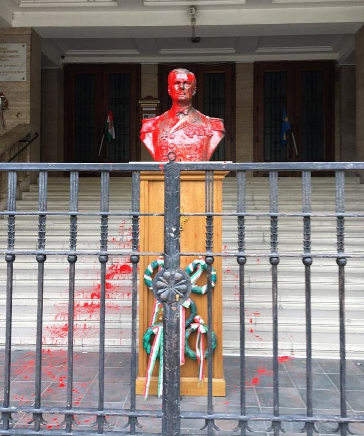 Horthy Miklós szobrát vörös festékkel öntötték le