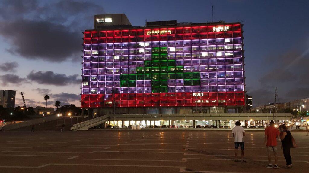 Izrael segítséget ajánlott, a tel-avivi városházát a libanoni zászló színeivel világították ki