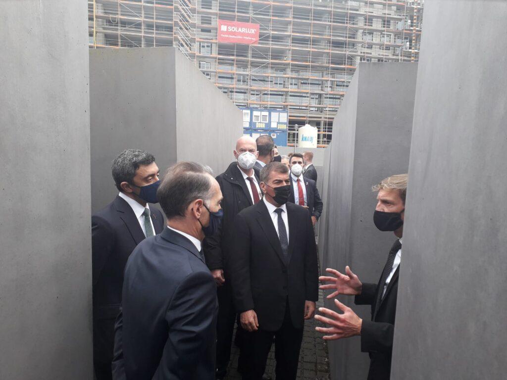Az Emirátusok külügyminisztere a berlini Holokauszt emlékműnél