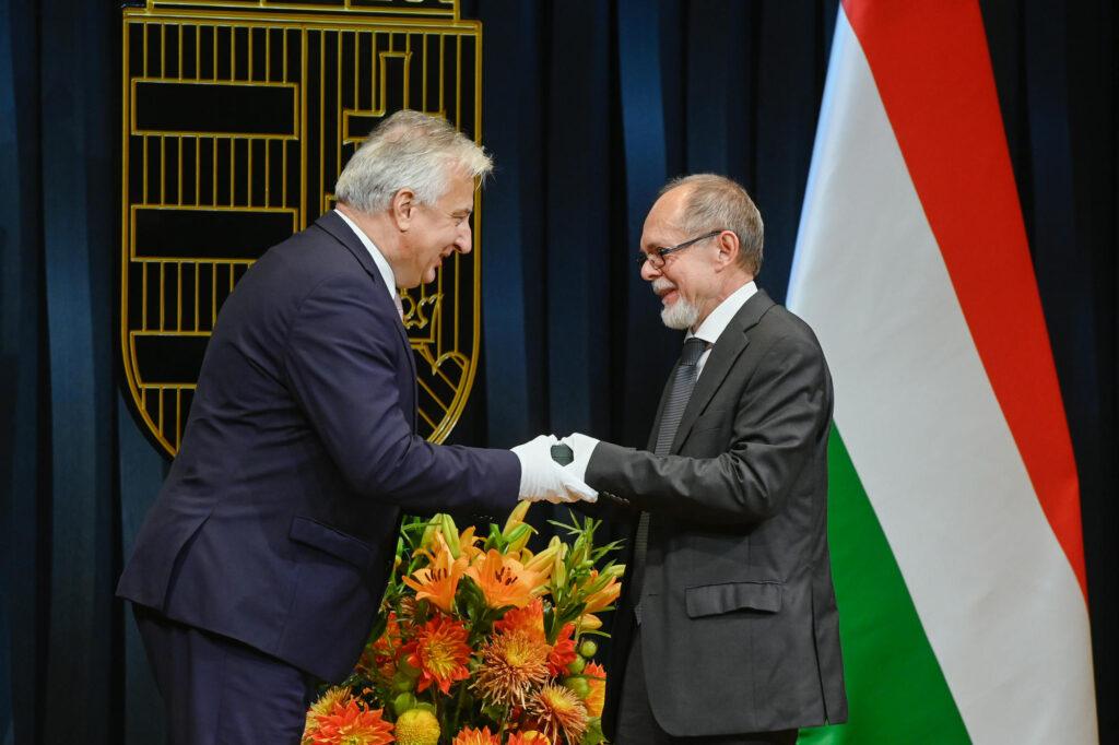 Semjén Zsolt kitüntette Bogár Lászlót