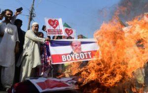 """""""Lefejezni! Lefejezni!"""" –világszerte moszlimok tízezrei tüntettek Emmanuel Macron ellen"""