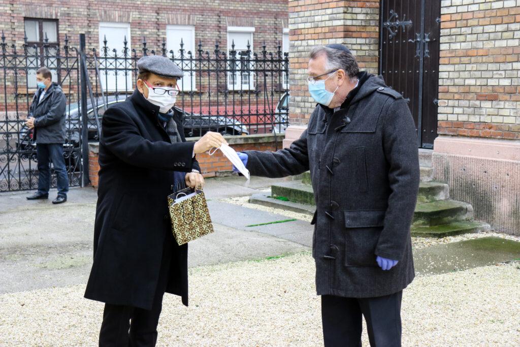 Több száz maszkot adott át az izraeli nagykövet zsidó szociális intézményeknek