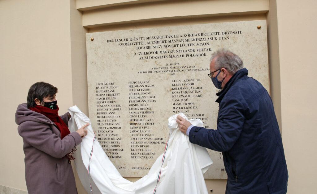 Emléktáblán a Maros utcai mészárlás áldozatainak nevei