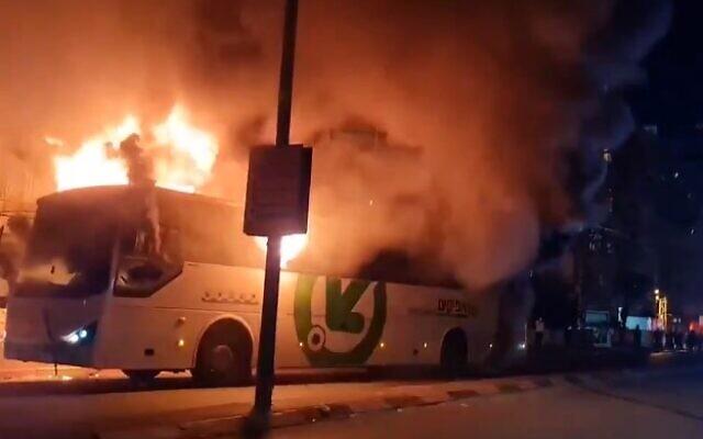Ultraortodoxok a járvány-zárlat elleni tiltakozásul buszt gyújtottak fel Izraelben