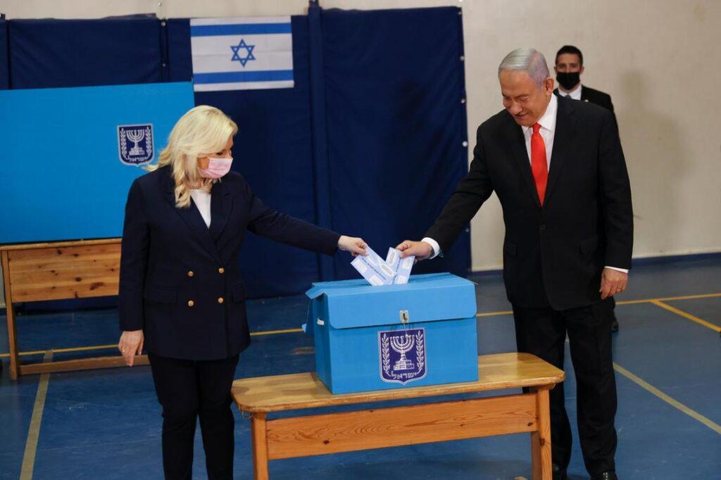 Első becslések: Netanjahu 61 mandátumra számíthat a 120-ból, ha…
