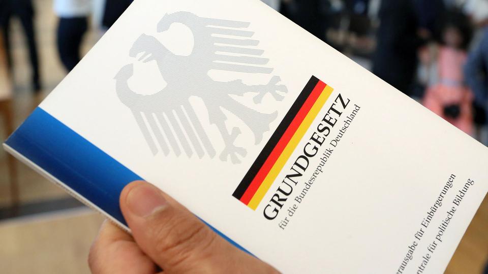 """Német alkotmány: a """"faj"""" szót kiiktatják a szövegből"""