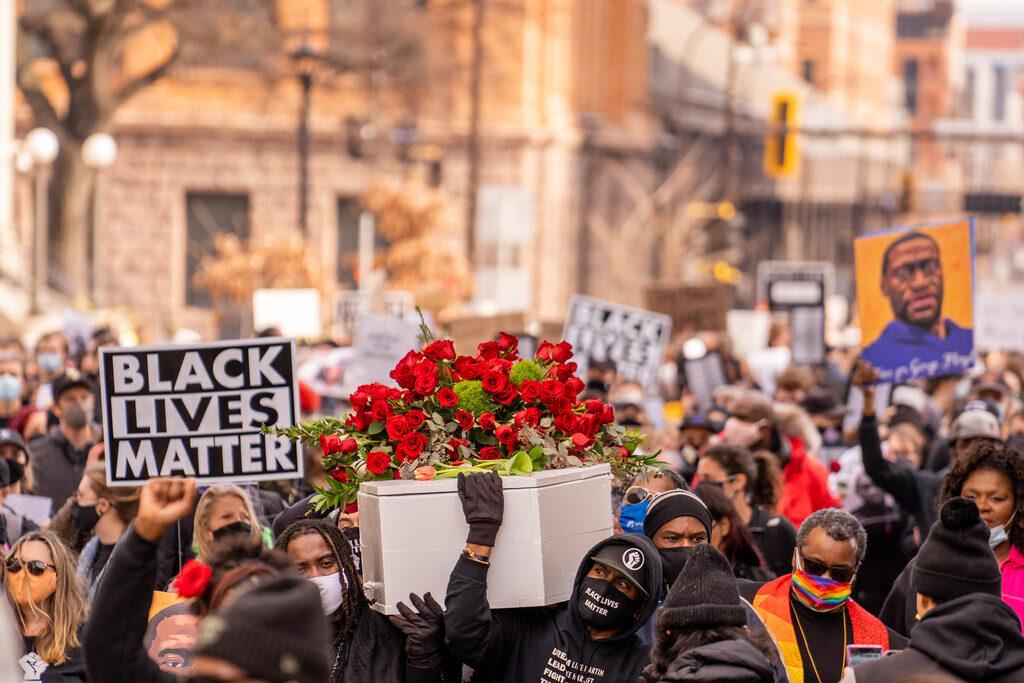 Esküdtszék: Bűnös a George Floyd nyakára térdelő rendőr