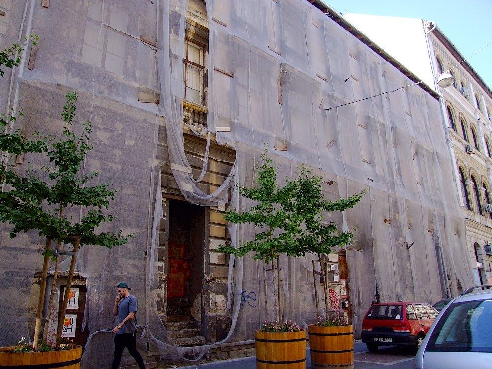 Félig lebontott műemlékekből luxushotelt építenek a zsinagóga mellé
