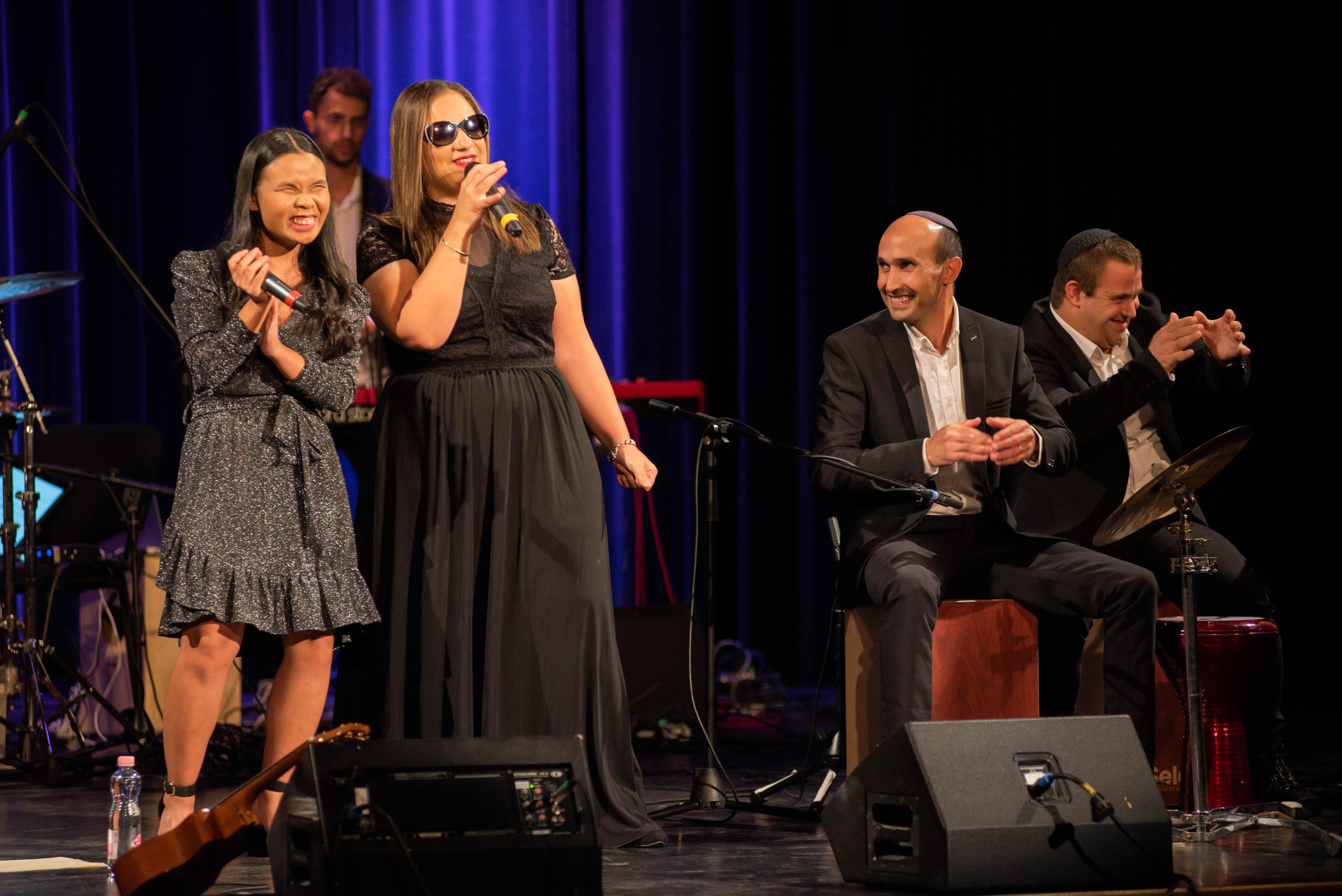 A vak énekesnők és a többiek   Szombat Online