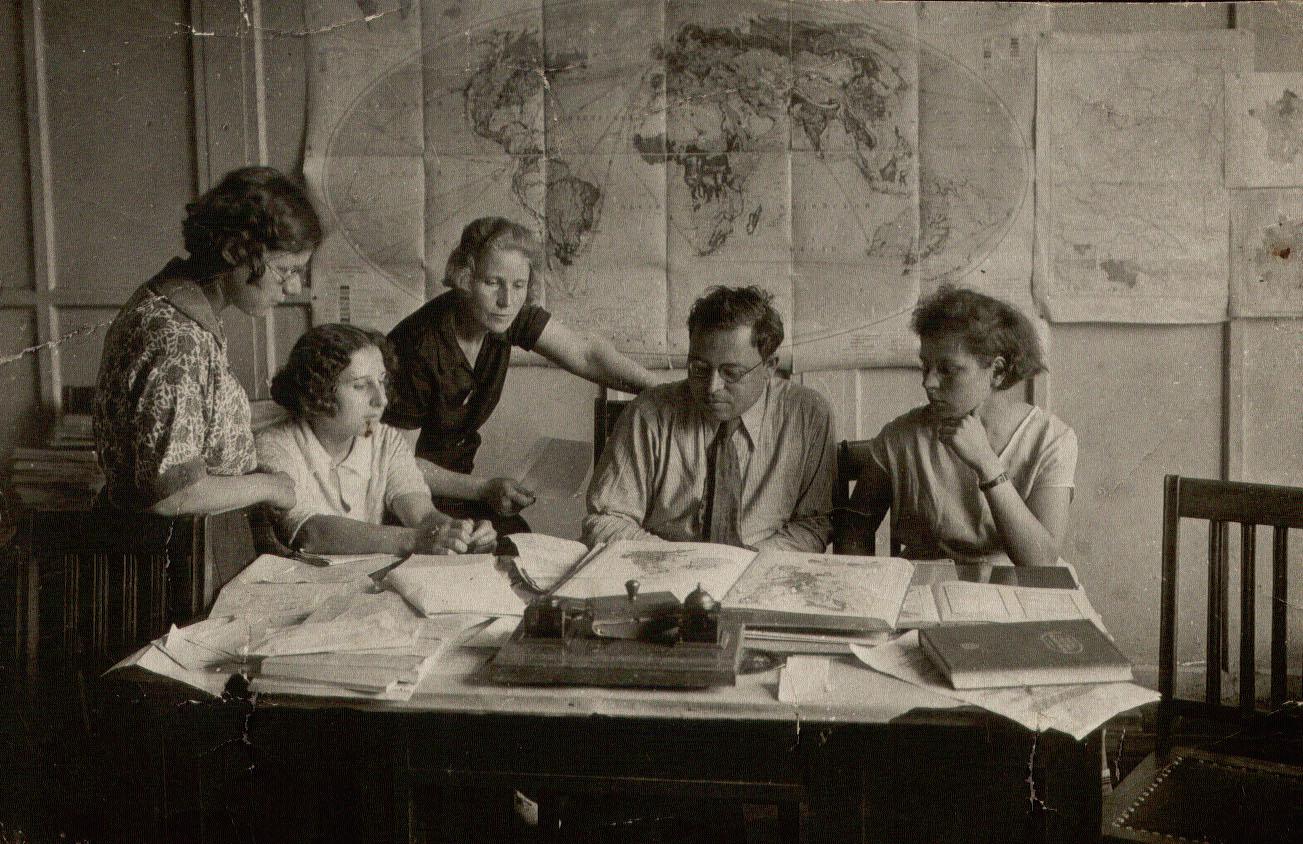 A Nagy Szovjet Világatlasz szerkesztőségében, Moszkva, 1935.jpg