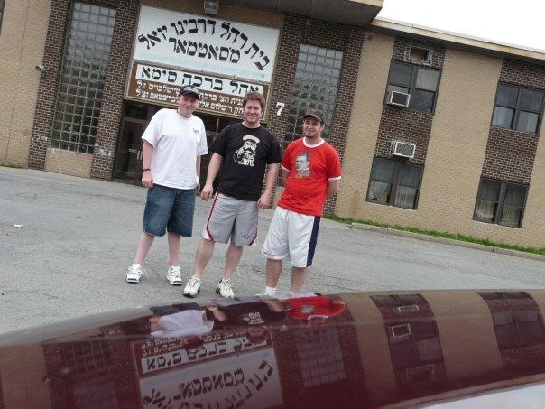 Amerikai zsidó fiatalok a zsinagóga előtt.jpg