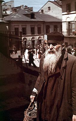 Öreg zsidó az utcán Zamoscban.JPG