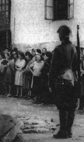 Kisinyov 1941 román katona zsidó nőket őriz web.jpg