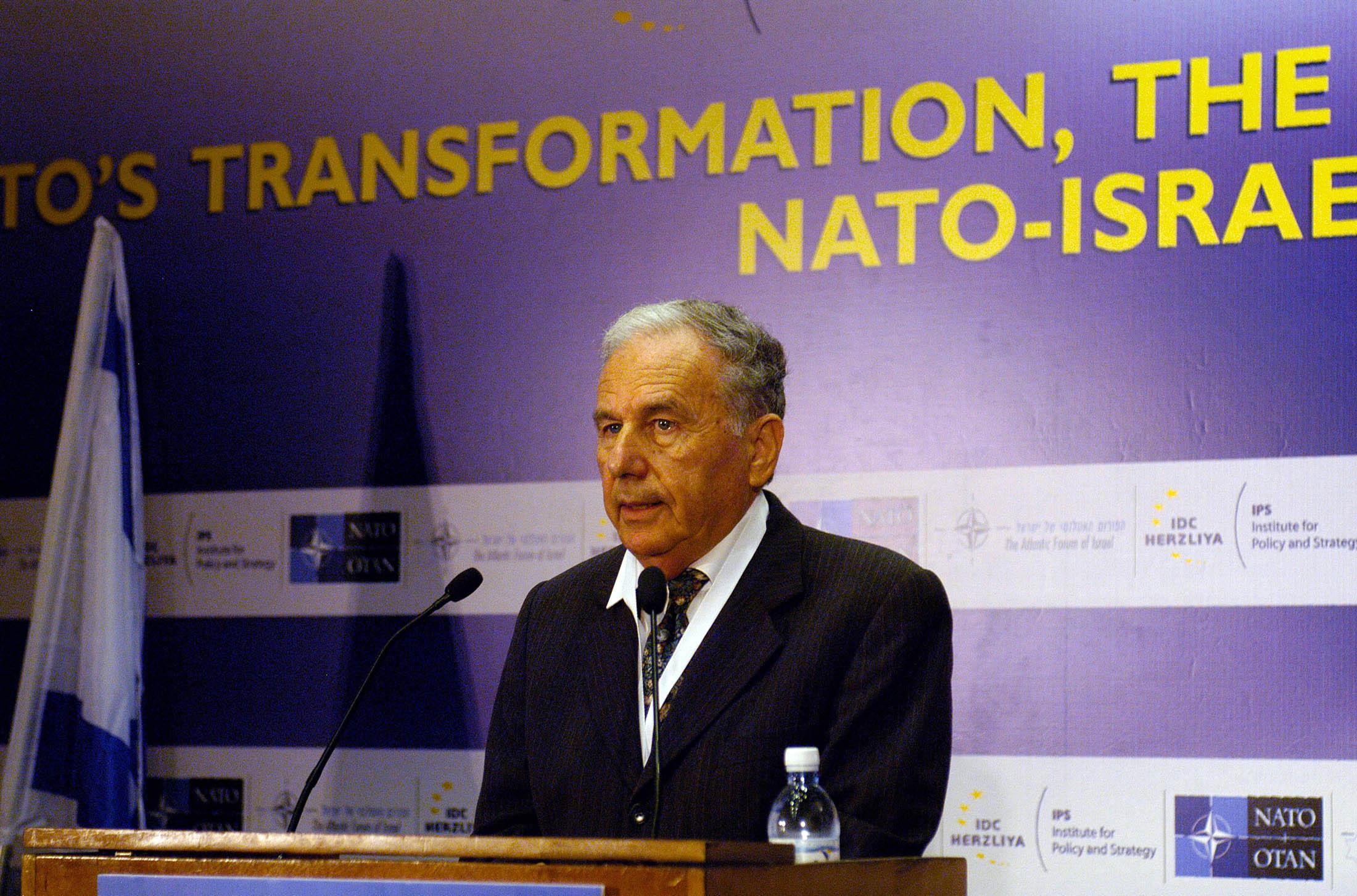 Amnon Rubinstein megnyit egy Izraelről szóló konferenciát.jpg