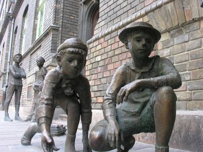 Pál utcai fiúk szobra a Práter utcában.jpg