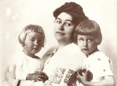 Erdős Renee gyerekeival.jpg