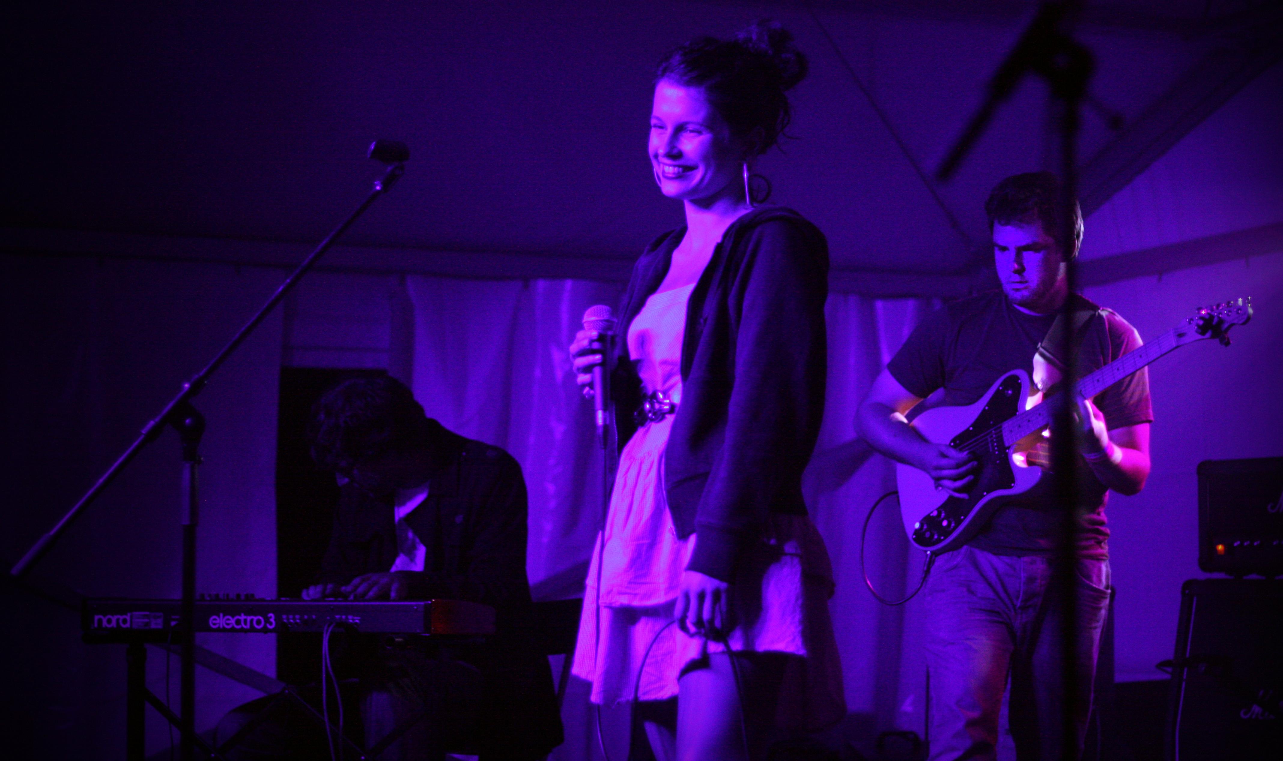 Mészáros Zsuzsanna (Marge) koncertje. A háttérben Komjáti Áron gitáros. (Fotó - Tóth Evelin Judit).jpg
