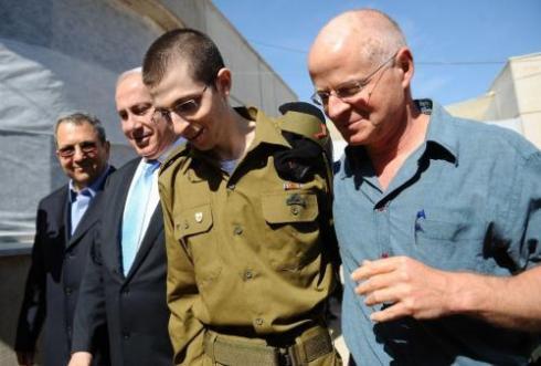 Gilad Shalit_Ehud Barak_Benjamin Netanyahu_és_édesapja_Noam.jpg