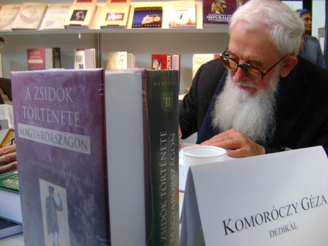 KomoroczyGeza-Konyvfeszt-dedikal4.jpg