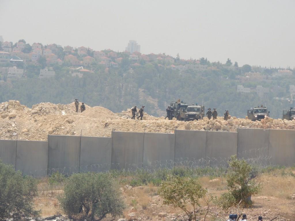 Izraeli katonák, szemközt a tüntetőkkel