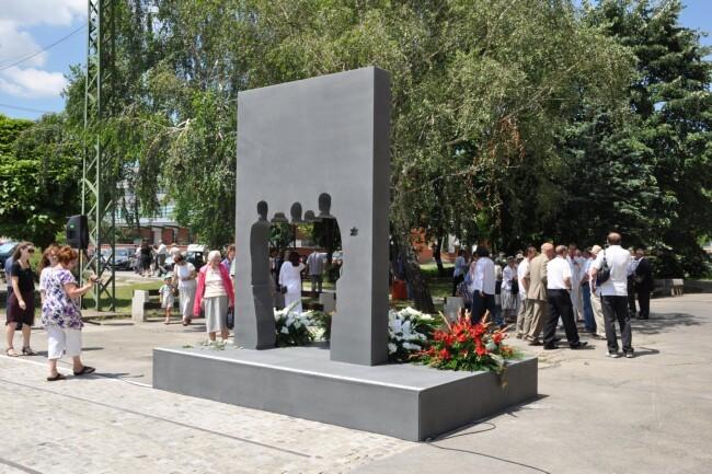 Az elhurcoltak emlékműve a pécsi vasútállomáson