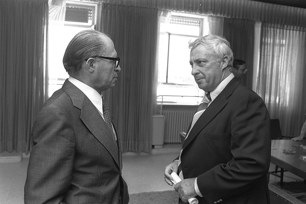 Flickr_-_Government_Press_Office_GPO_-_Menahem_Begin_with_Ariel_Sharon 1977