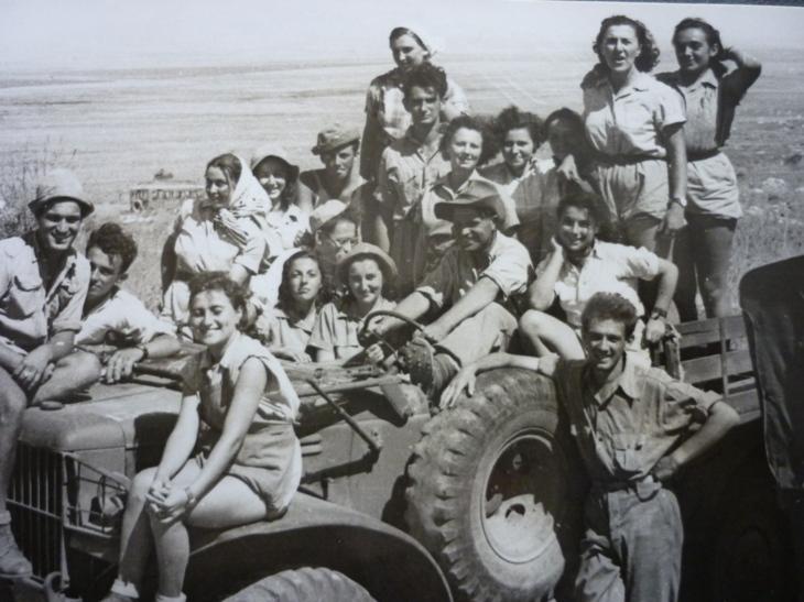Fiatalok egy csoportja a Motzkin kibucban 1948-ban