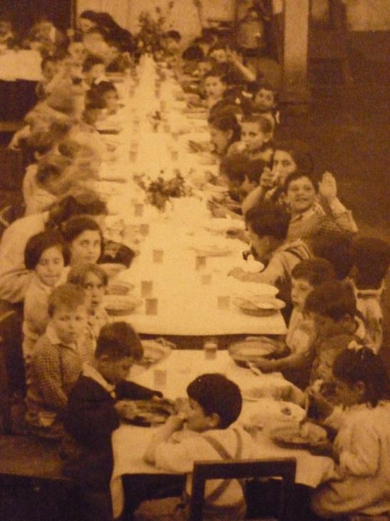 Közös ebédlő a kibucban