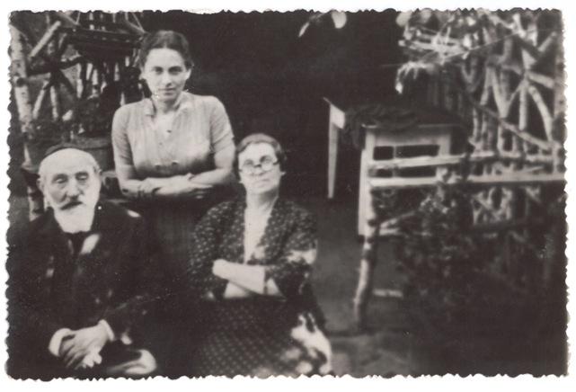 4 Sanders cikkhez Eckstein rabbi, feleségével és lányával