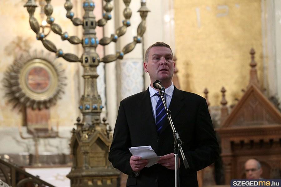 Botka László polgármester beszél a zsinagógában