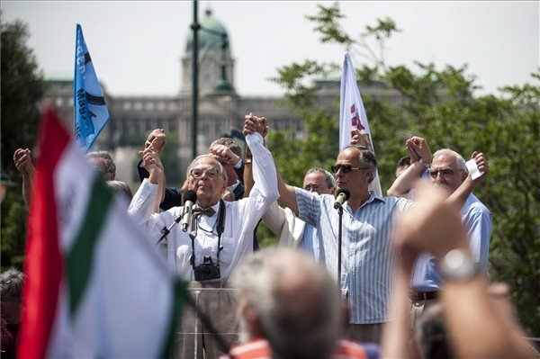 Emlekmu-A-Szabadsag-teri-emlekmu-ellen-tiltakoztak- fotó Marjai János MTI