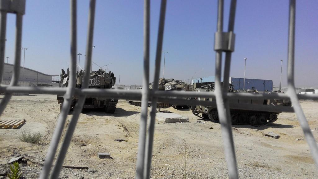 Készülődő tankok az erezi határátkelőnél