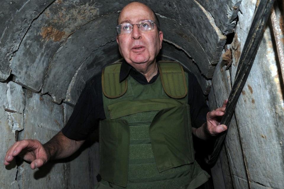 Moshe Yaalon izraeli védelmi minszter azegyik alagútban (Fotó IDF)